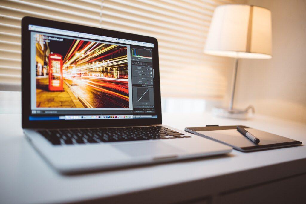 窓際のデスクにノートパソコンが乗っている画像.alt