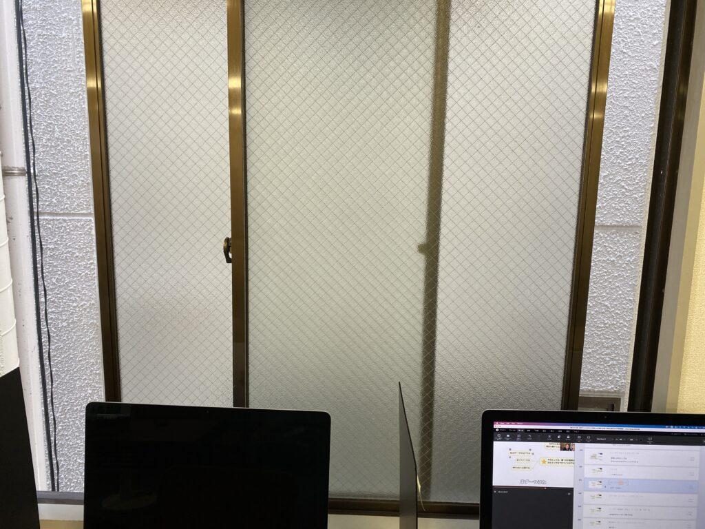 パソコンの前の窓が空いている様子の写真.alt