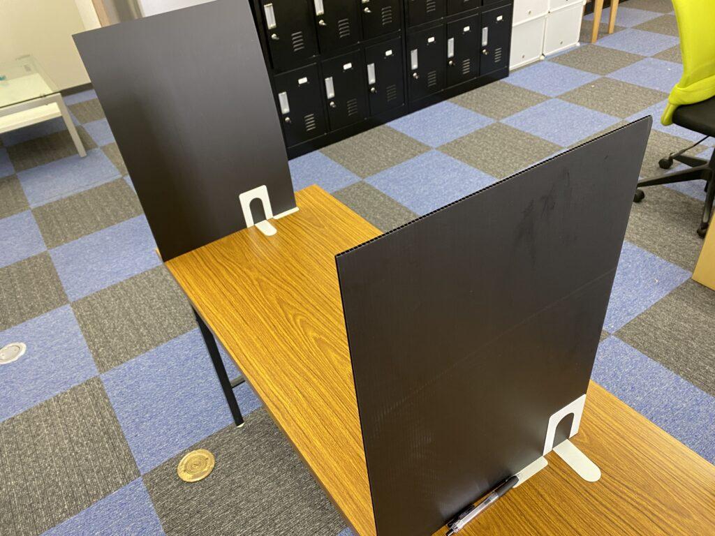机に置いてある仕切りの写真.alt