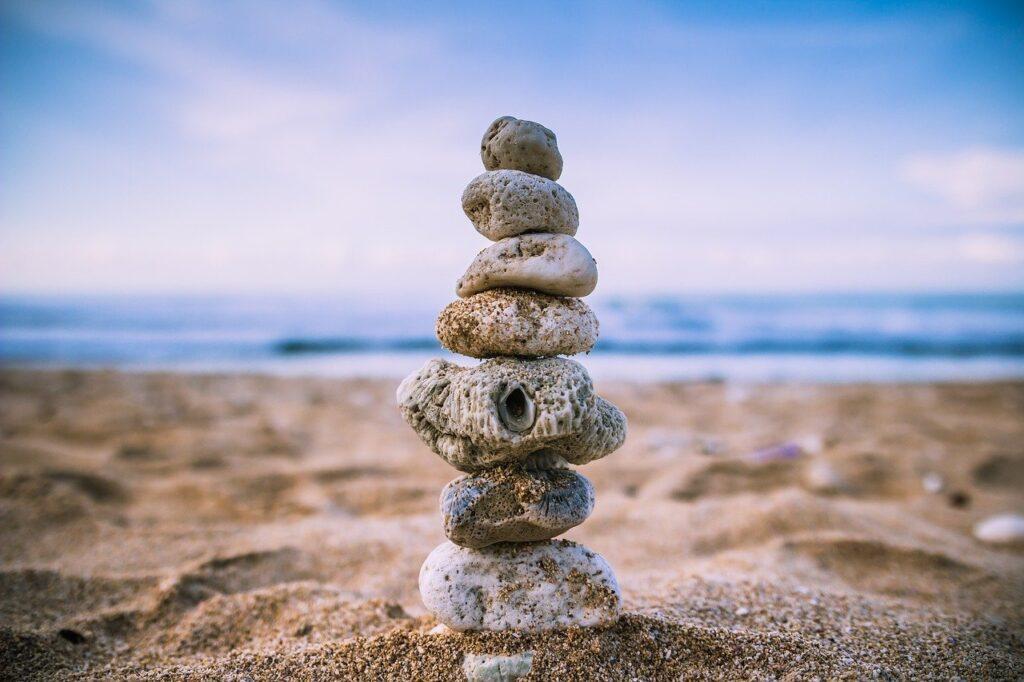 海岸で10個近くの置き石でバランスを取ってる画像.alt