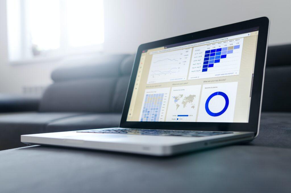 ソファの上にアナリティクスの画面が表示されているパソコンが置かれている写真alt