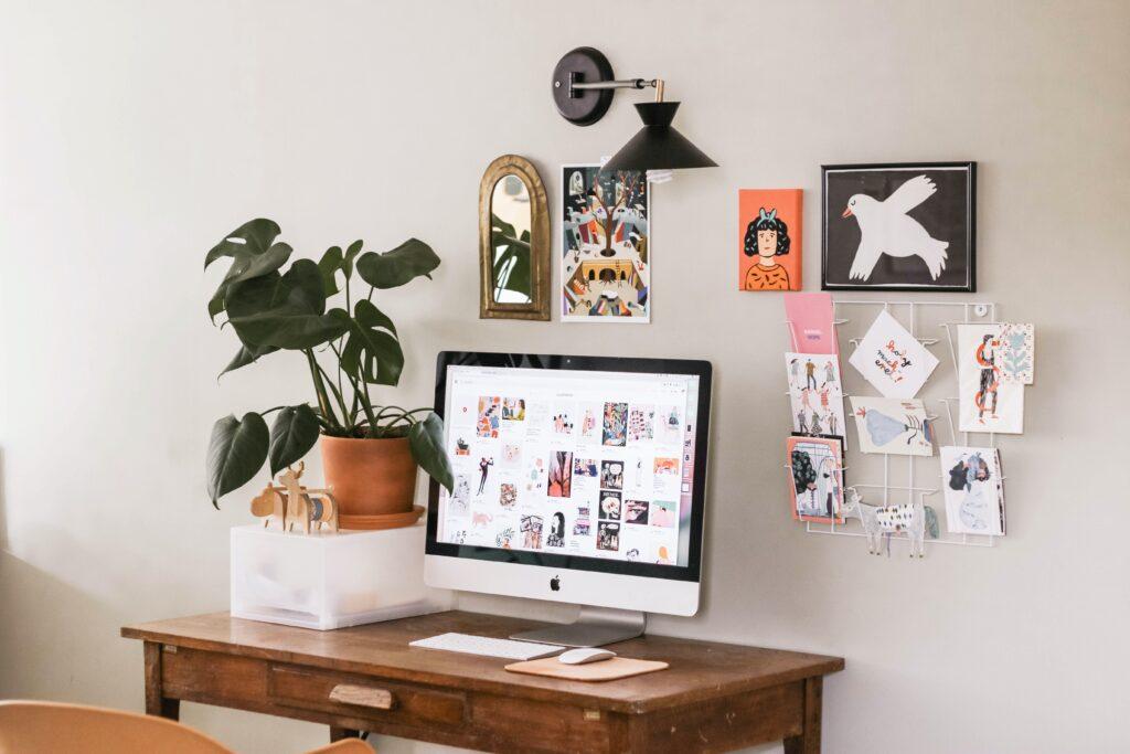 机の上にMacや植物が置かれた部屋の画像.alt